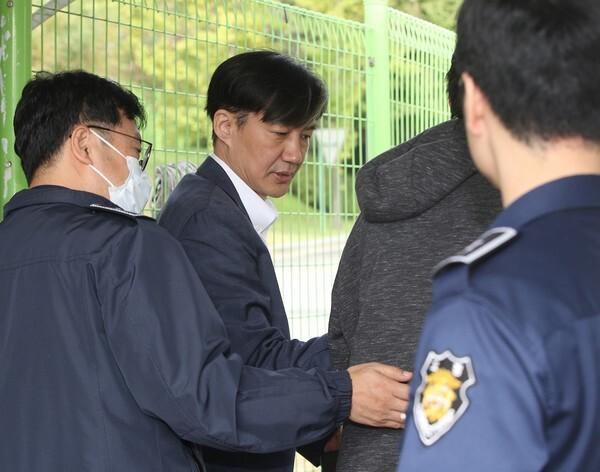 정경심 교수를 면회하기 위해 구치소로 들어서는 조국 전 장관/뉴스1