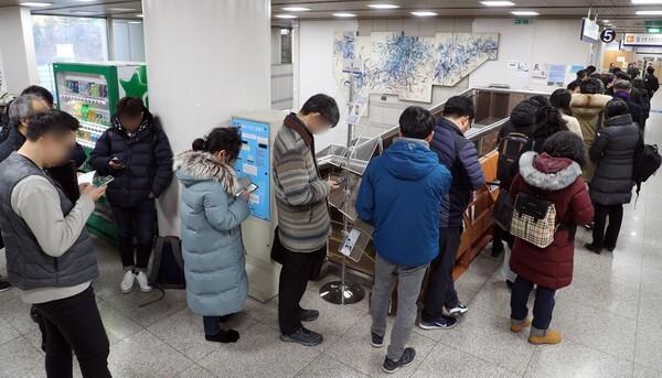 정경심 교수 재판을 참관하기 위해 줄을 서있는 방청객들/뉴스1