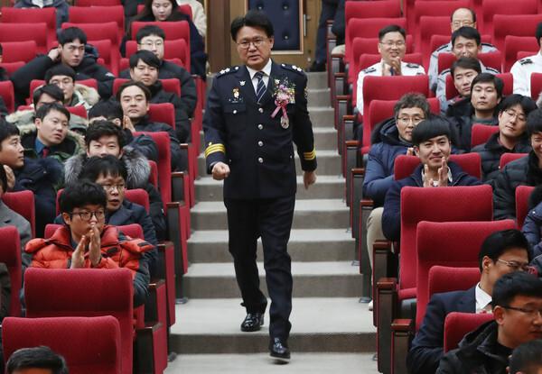 황운하 대전지방경찰청장이 12월 31일 오후 대전 지방경찰청 김용원홀에서 열린 제14대 대전지방경찰청장 이임식에 입장하고 있다. 2019.12.31/뉴스1