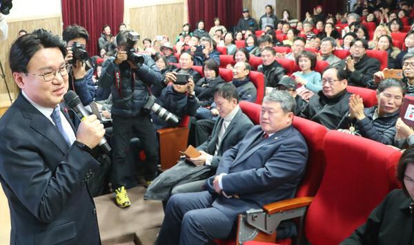 황운하 대전지방경찰청장이 12월 9일 오후 대전 중구 대전시민대학 식장산홀에서 열린 '검찰은 왜 고래고기를 돌려줬을까'라는 자서전 형식의 책 출간 기념 북 콘서트에서 인사말을 하고 있다. 2019.12.9/뉴스1