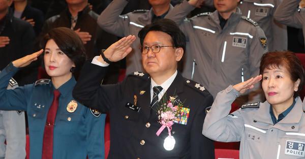 황운하 대전지방경찰청장이 12월 31일 오후 대전 지방경찰청 김용원홀에서 열린 제14대 대전지방경찰청장 이임식에서 거수경례를 하고 있다. 2019.12.31/뉴스1