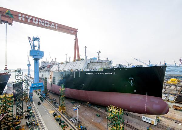 현대삼호중공업이 17만4000㎥급 LNG운반선의 선체를 플로팅독까지 이동하는 작업을 16일 오후 2시부터 3시간 동안 진행했다. 해당 선박은 길이 297m, 폭 46.4m, 깊이 26.5m로 선박에 설치된 각종 설비까지 포함하면 3만9000톤에 이르는 중량물로 1분당 평균 1.8m씩, 350m 가량을 이동했다. 이동작업에는 도크 양쪽 바닥에 설치된 선로를 따라 움직이는 '캐리어'라 불리는 자가구동방식 운반차 90대가 투입됐다, 이번 선박 이동은 기네스북에 오른 1만5000톤급 선박 무게의 2배 이상을 초과하는 세계 최대 중량물 육상 이동 작업에 해당한다.(현대삼호중공업 제공)2020.1.16/뉴스1