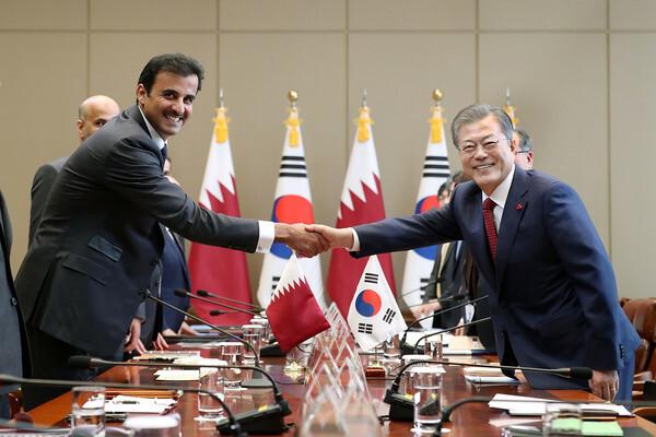 문재인 대통령이 2019년 1월 28일 오전 청와대에서 열린 한·카타르 정상회담에 앞서 타밈 빈 하마드 알사니 카타르 국왕과 악수하고 있다. 이 당시 카타르는 한국에 LNG운반선 60척 발주 계획을 밝힌 바 있다. (청와대 제공) 2019.1.28