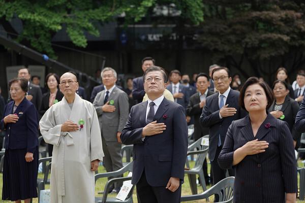 6.10 항쟁 제33주년 기념식에 참석한 문재인 대통령이 국기에 대한 경례를 하고 있다. 2020.6.10/청와대