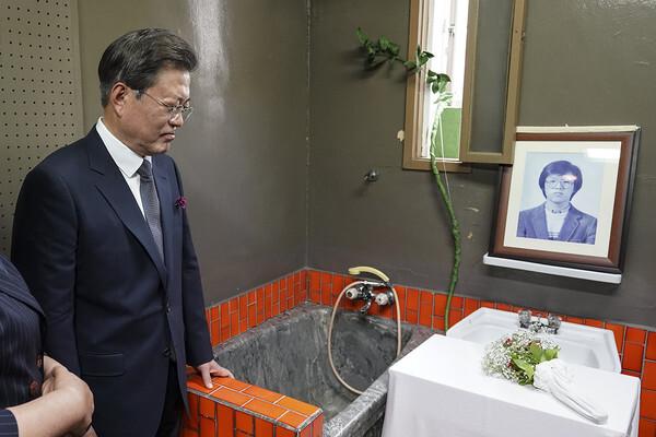 문재인 대통령이 고(故) 박종철 열사가 물고문으로 사망한 남영동 대공분실 509호 조사실을 방문해 비통한 표정을 짓고 있다. 2020.6.10/청와대