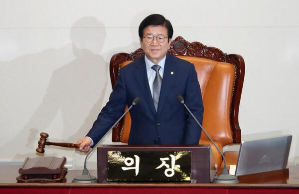 박병석 국회의장이 12일 오후 서울 여의도 국회에서 열린 제379회 국회(임시회) 제4차 본회의에서 의사봉을 두드리며 개의를 선언하고 있다. 2020.6.12/뉴스1
